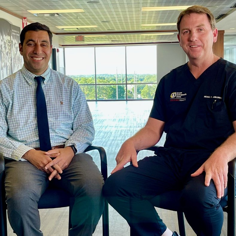 Behind the scenes glance of Sami K., a senior producer for storytelling with @UCF, sitting down with Dr. Jablonski, an orthopedic surgeon, and Dr. Soliman, a sports medicine physician, to discuss experiences with #COVID and helping @ucfknights stay #healthy all season. https://t.co/aGGZlwAXEw