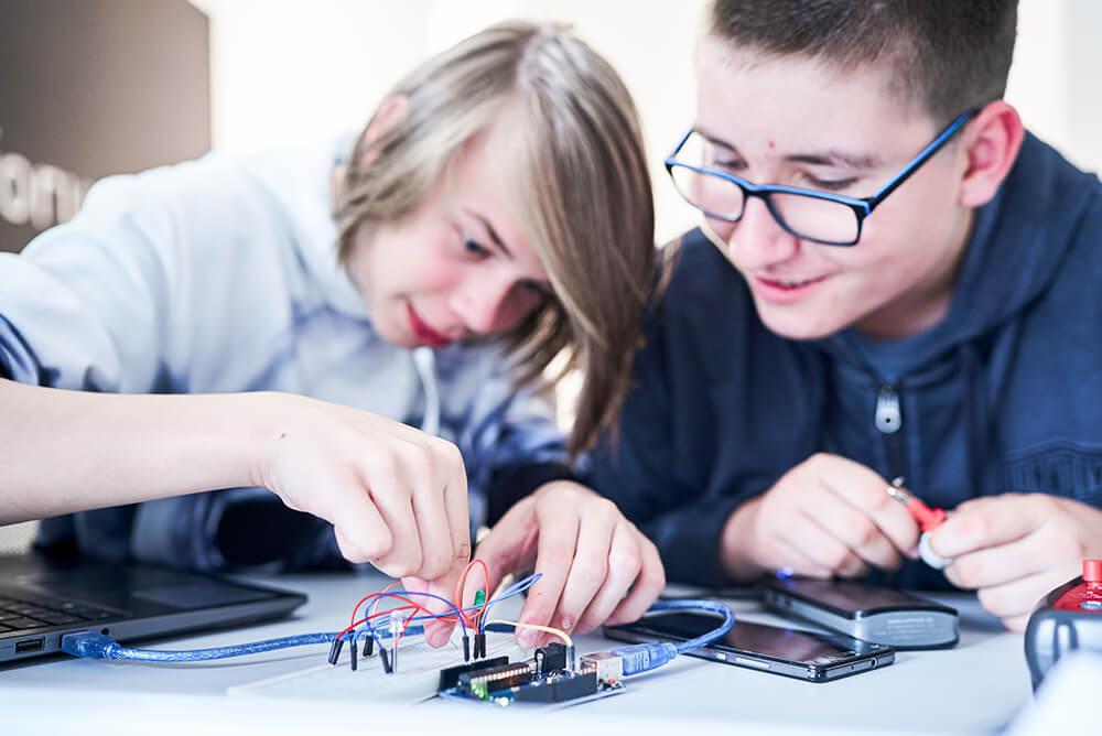 """📣 Bitte weitersagen: kostenfreier F.LUX Online-Kurs \""""LED-Steuerung mit einem Arduino\"""" für Kinder und Jugendliche vom 15. bis 24.06. – jeden Dienstag und Donnerstag von 16:30 – 18:30 Uhr. Infos und Anmeldung hier: <a href=\""""https://t.co/iiKHRjzJXu\"""" class=\""""link-tweet\"""" target=\""""_blank\"""">https://t.co/iiKHRjzJXu</a> <a class=\""""link-mention\"""" href=\""""http://twitter.com/zdiNRW\"""" target=\""""_blank\"""">@zdiNRW</a> <a class=\""""link-mention\"""" href=\""""http://twitter.com/AllesArnsberg\"""" target=\""""_blank\"""">@AllesArnsberg</a> <a class=\""""link-mention\"""" href=\""""http://twitter.com/DFArnsberg\"""" target=\""""_blank\"""">@DFArnsberg</a> <a href=\""""https://t.co/ivTsX1bNRu\"""" class=\""""link-tweet\"""" target=\""""_blank\"""">https://t.co/ivTsX1bNRu</a>"""
