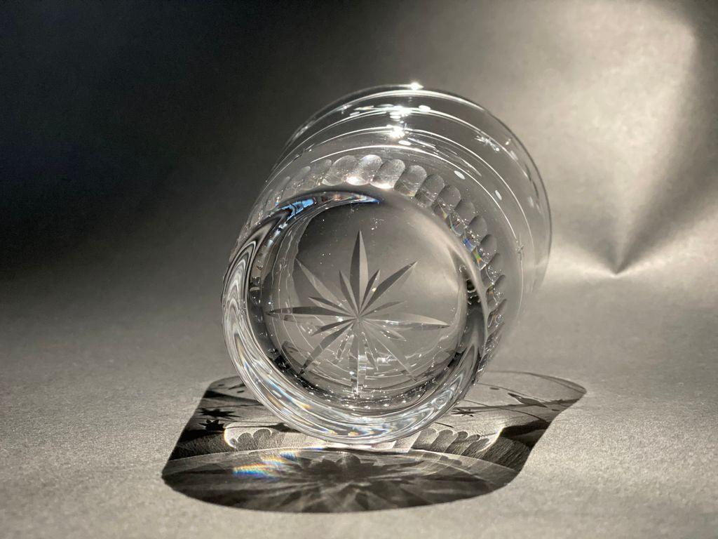 宇宙がテーマの透明グラスが素敵!光にあたると星や惑星の影が浮かぶデザインにも注目!