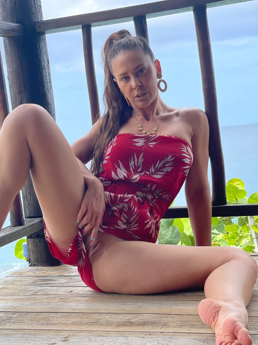 Come play with me on my onlyfans in paradise 👉🏻 https://t.co/WAoAB3fAen https://t.co/a31z8TKYbI