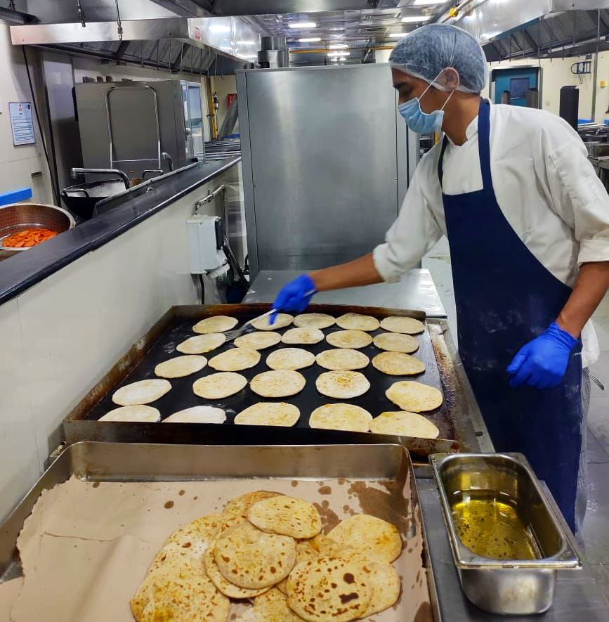 #USIndiaDosti in action: U.S.-based @WCKitchen has joined forces with @SanjeevKapoor to serve freshly prepared meals to hospital staff working around the clock in seven cities across India. #USIndiaPartnership #ChefsForIndia https://t.co/G8PnGBTAYH