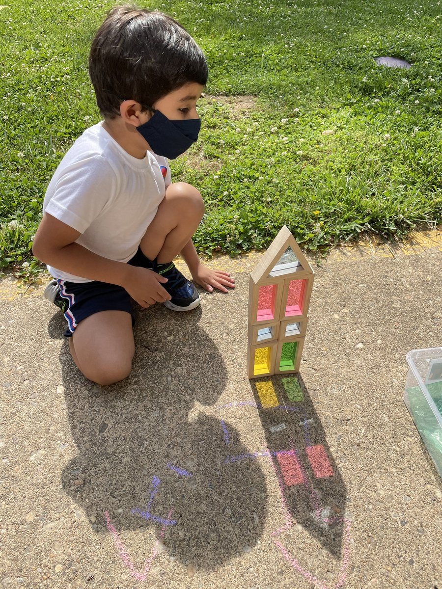 ہم اس ہفتے سائے اور روشنی کے بارے میں سیکھ رہے ہیں۔ ہم نے باہر اپنے بلاکس کے سائے کا سراغ لگایا اور فٹ پاتھ پر سورج کی روشنی کو رنگین شکلیں بناتے ہوئے دیکھا! BarrettAPS APS_EarlyChild APSVirginia https://t.co/cJr7IpDVgm