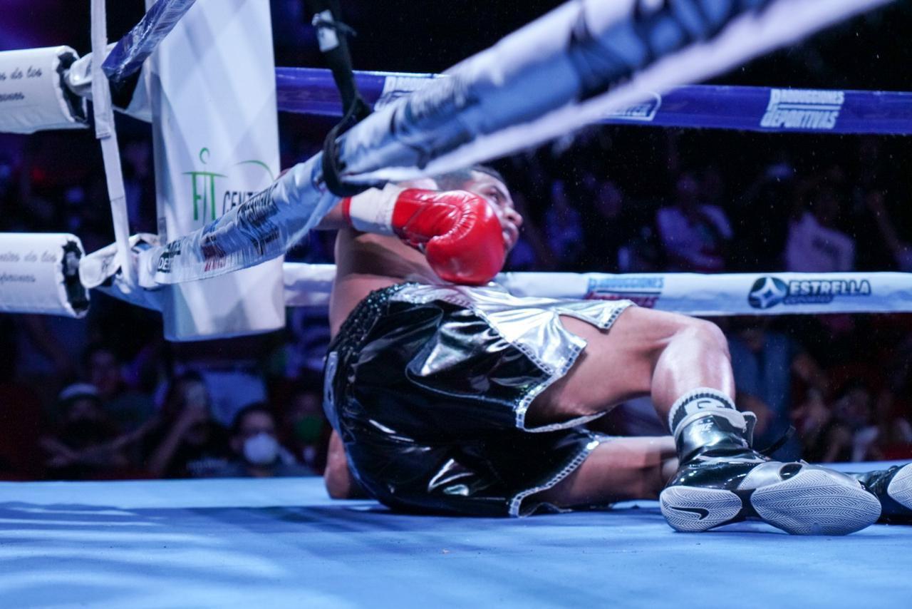 La segunda caída de Cañizales, producto de una bestial mano derecha de Bermúdez, fue la definitiva en el combate.