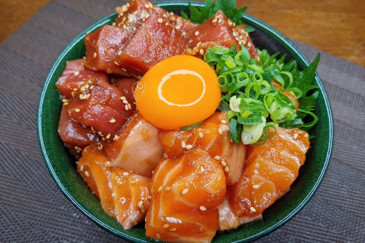 ちょっとした贅沢気分を味わいたいときに是非!サーモンとマグロの漬け丼レシピ!