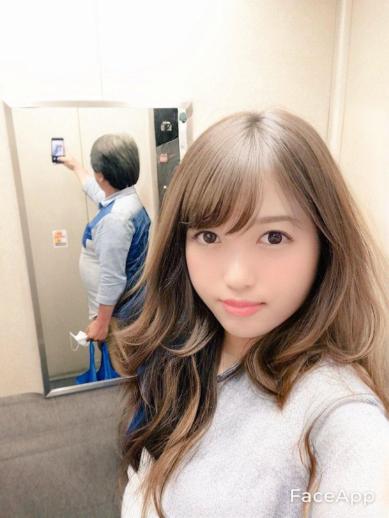 エレベーターで美人が自撮りしているように見えるけど?後ろの鏡に真実の姿が映っていた!