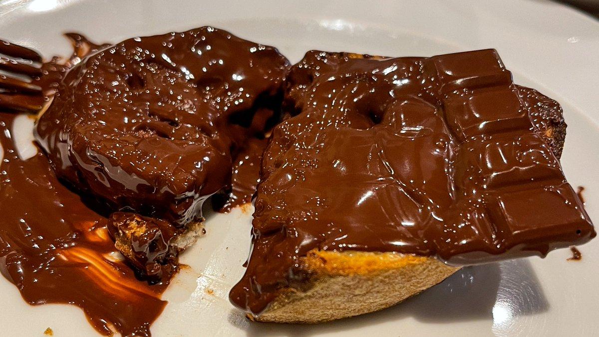 丸々一枚乗っている!?板チョコを溶かしながら食べるショコラトースト!