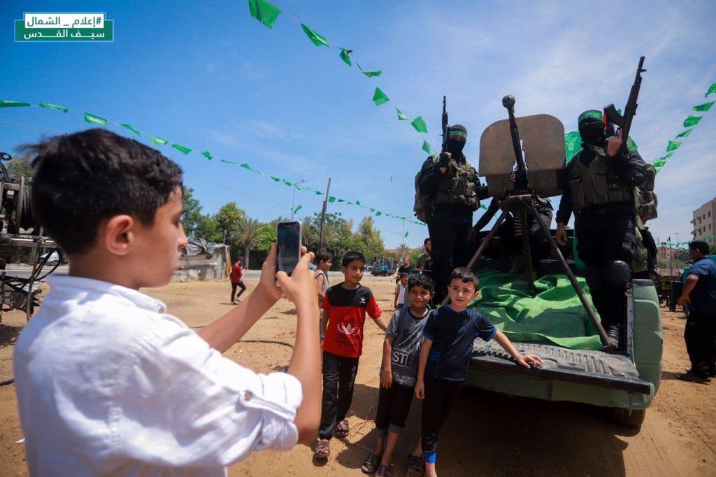 وتسألون عن جيل المستقبل في غزة؟ ها هو يا حضرات نموذجًا مصغرًا عن مستقبل قائم على العنف والقتل…