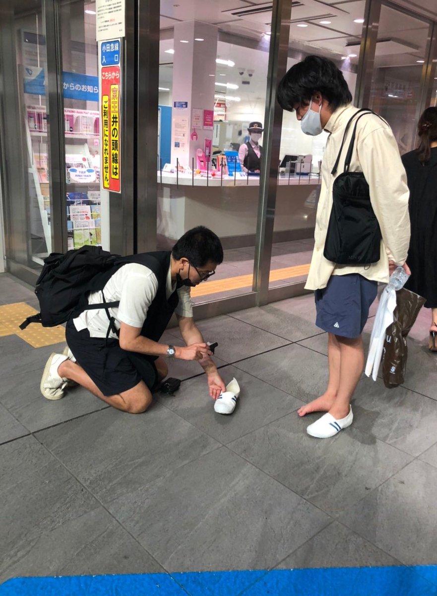 突然知らない人に声を掛けられて靴を褒められたけど?怯えながら靴を撮られる持ち主!