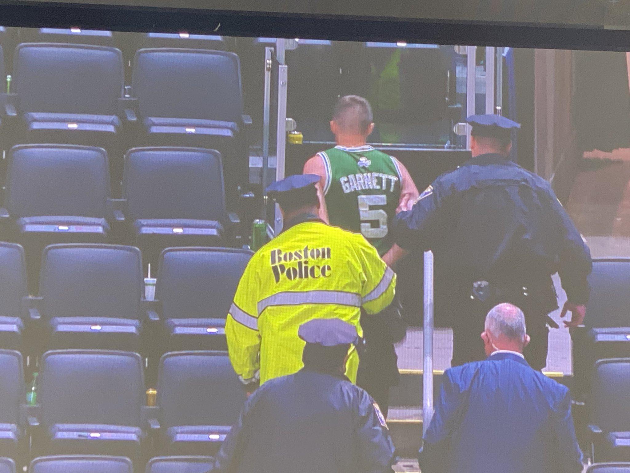 Болельщик Бостона бросил бутылкой в Кайри Ирвинга. Мужчина арестован и пожизненно лишен права посещать матчи