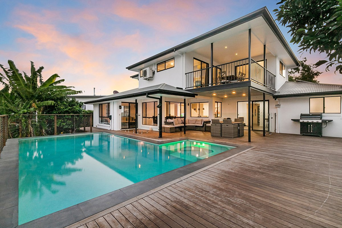 Impressive family home in Moggill with wonderful views of the city and mountains ✨ photographed by Peter from Top Snap Brisbane West. . #topsnap #photography #realestate #realestatephotography #marketing #pool #outdoorliving #views #moggill #brisbane #brisbanewest #qldhomes #qld https://t.co/nywydK5Y9Y