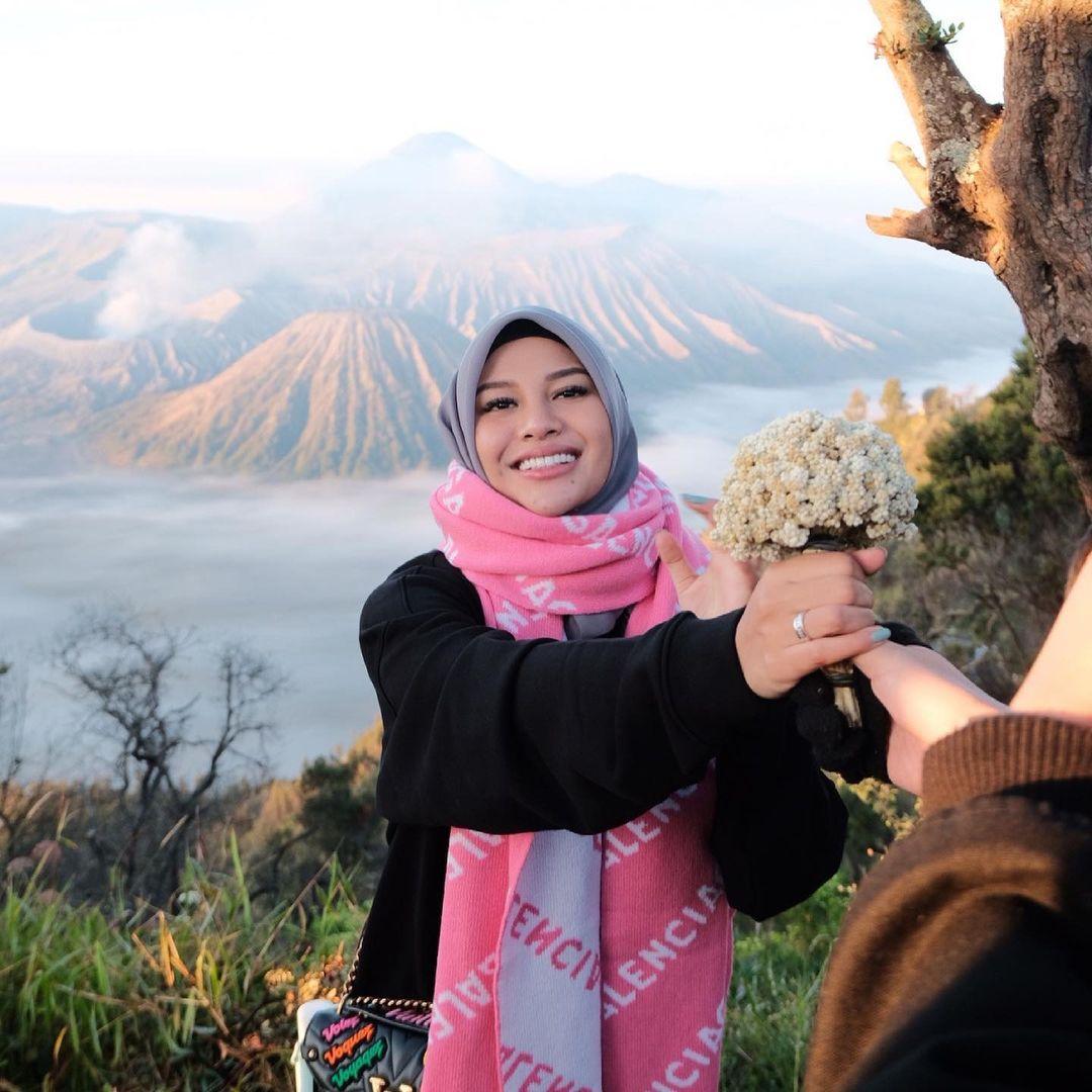 Aurel Hermansyah dan Atta Halilintar liburan di Gunung Bromo.