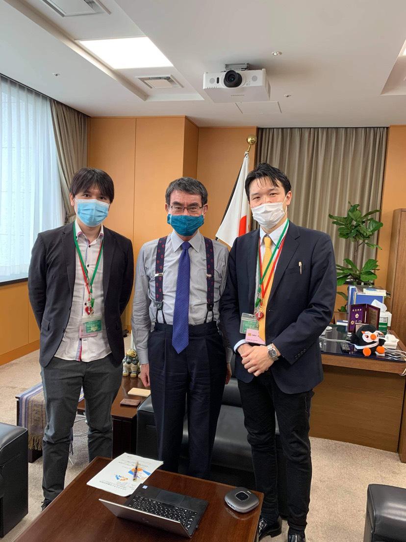 代表の吉村と副代表の木下が、河野太郎新型コロナウイルスワクチン接種推進担当大臣とお話する機会をいただきました。  ワクチンのエビデンスについて、治験のデータから最新のエビデンスまでご紹介してまいりました。 https://t.co/aFTWGYI2i3