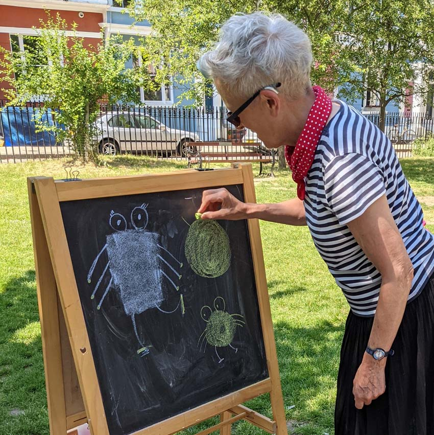 Great event organised by @PrimroseHill_CC yesterday #thehandbook @designfortoday1 #chalking Lovely seeing other artists' work, and on a sunny day too #PrimroseHill #chalcotsquare #stripey #Robots #handprints #hopesanddreams https://t.co/yxlieAisg8