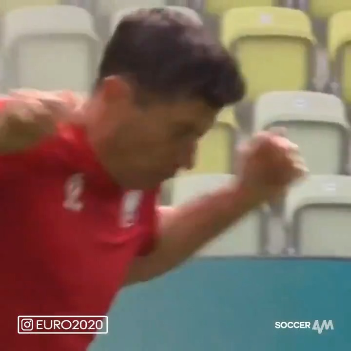 Robert Lewandowski is the latest victim of the rogue stadium sprinklers 😂 https://t.co/ssQcIquHiC