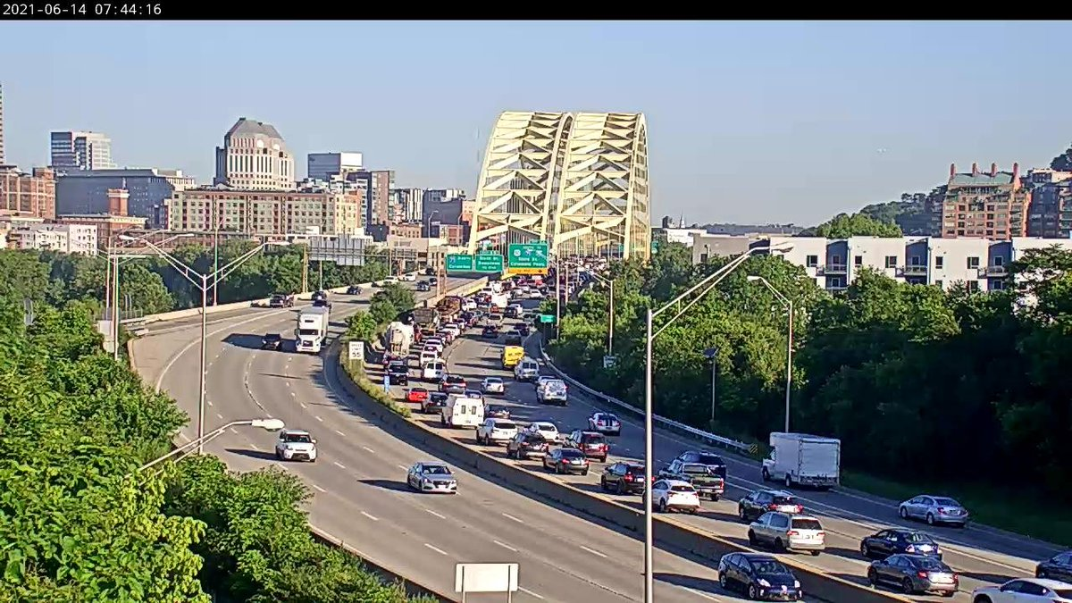 The two left lanes are blocked on I-471 North at US-50/I-71/I-75/Columbia Pkwy/3rd (MM: 5) due to a crash. Use caution and check https://t.co/d4Hx8bS7im for updates. https://t.co/3crqeYT0VN