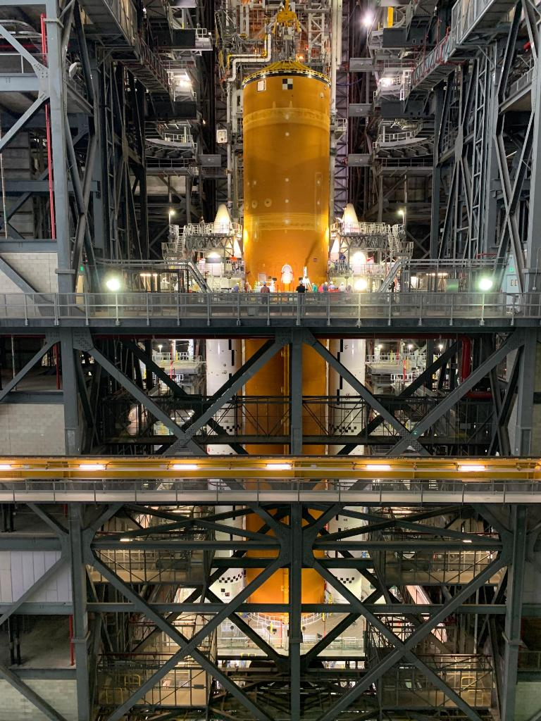 That's a whole lot of power 🚀  Combined, the SLS rocket's two solid rocket boosters and four RS-25 engines on its core stage will produce more than 8.8 million pounds of thrust to launch NASA's #Artemis I mission to the Moon. MORE on stacking progress >> https://t.co/vW5fQ9XID6 https://t.co/D56v5fRsmr