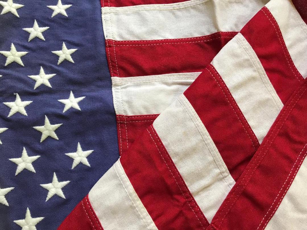 За последние 240 с лишним лет флаг изменился по мере роста и диверсификации США. Это не символ той или иной политической партии. Помните его корни в нашей истории; читайте: https://t.co/dYeKDBrJAD Это не просто кусок ткани, которым можно помахать по праздникам. #FlagDay https://t.co/x6h3CXXcyl