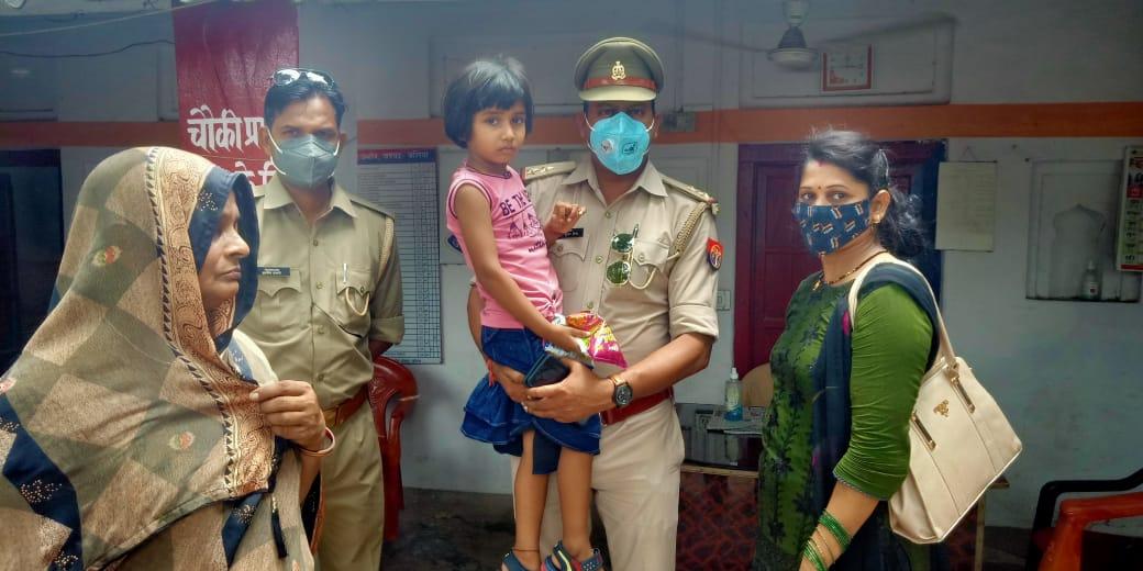 आपरेशन मुस्कान के तहत थाना उभांव पुलिस द्वारा 06 वर्ष की गुम हुई बच्ची को उसके परिजनों  मिलाया गया ।  @Uppolice @dgpup  @adgzonevaranasi @digazamgarh  @psubhaon https://t.co/rmSN2elh9e