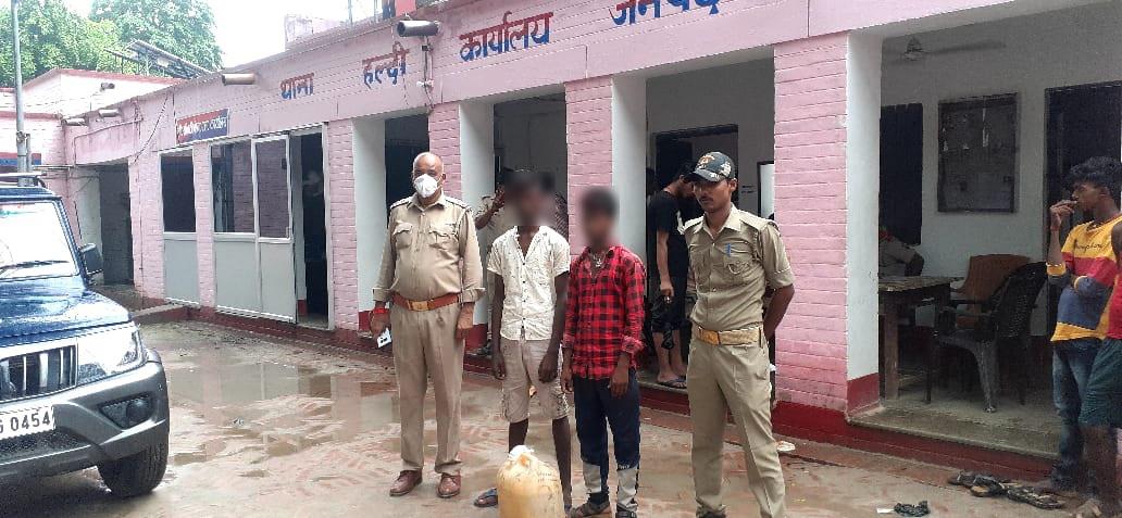 हल्दी पुलिस द्वारा अवैध रुप से तस्करी कर रहे 04 अभियुक्तों को 40 लीटर अवैध कच्ची शराब के साथ गिरफ्तार किया गया।  @Uppolice @dgpup @adgzonevaranasi @digazamgarh https://t.co/8p9wg1qGfP