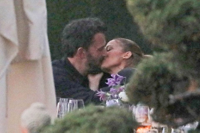 Ben Affleck and Jennifer Lopez make out at steamy PDA-packed dinner Photo