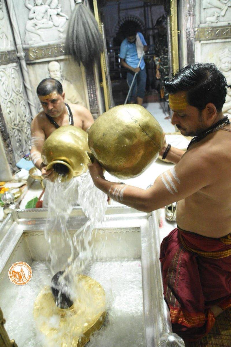 आज दिनाँक 14-06-2021 को श्री काशी विश्वनाथ मंदिर के शृंगार आरती के दर्शन।  #ShriKashiVishwanath #Shiv #Mahadev #Baba #ShringarAarti #Temple #Trust #Nyas  #Jyotirlinga #darshan #blessings #Varanasi #Kashi https://t.co/ajRdECXDLH