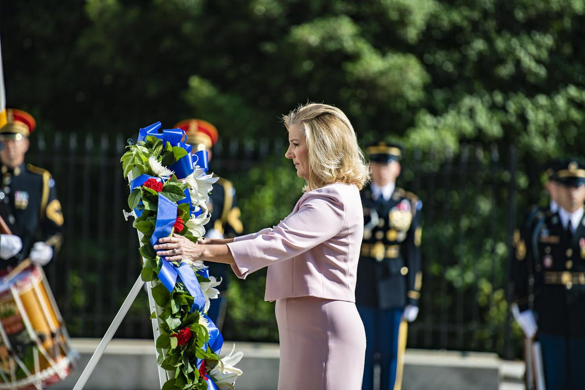 Today, on the 246th @USArmy birthday, I had the honor to lay the wreath that commemorates the service & sacrifice of our fallen Soldiers and the legacy they left behind. #NeverForget https://t.co/rLrglu9BK3