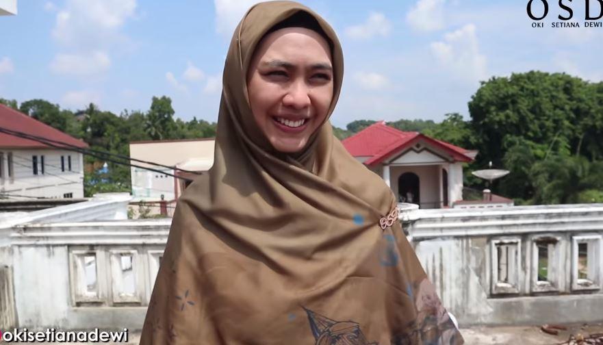 Oki Setiana Dewi dan dua adiknya, Shindy Putri dan Ria Ricis saat pulang ke Batam.