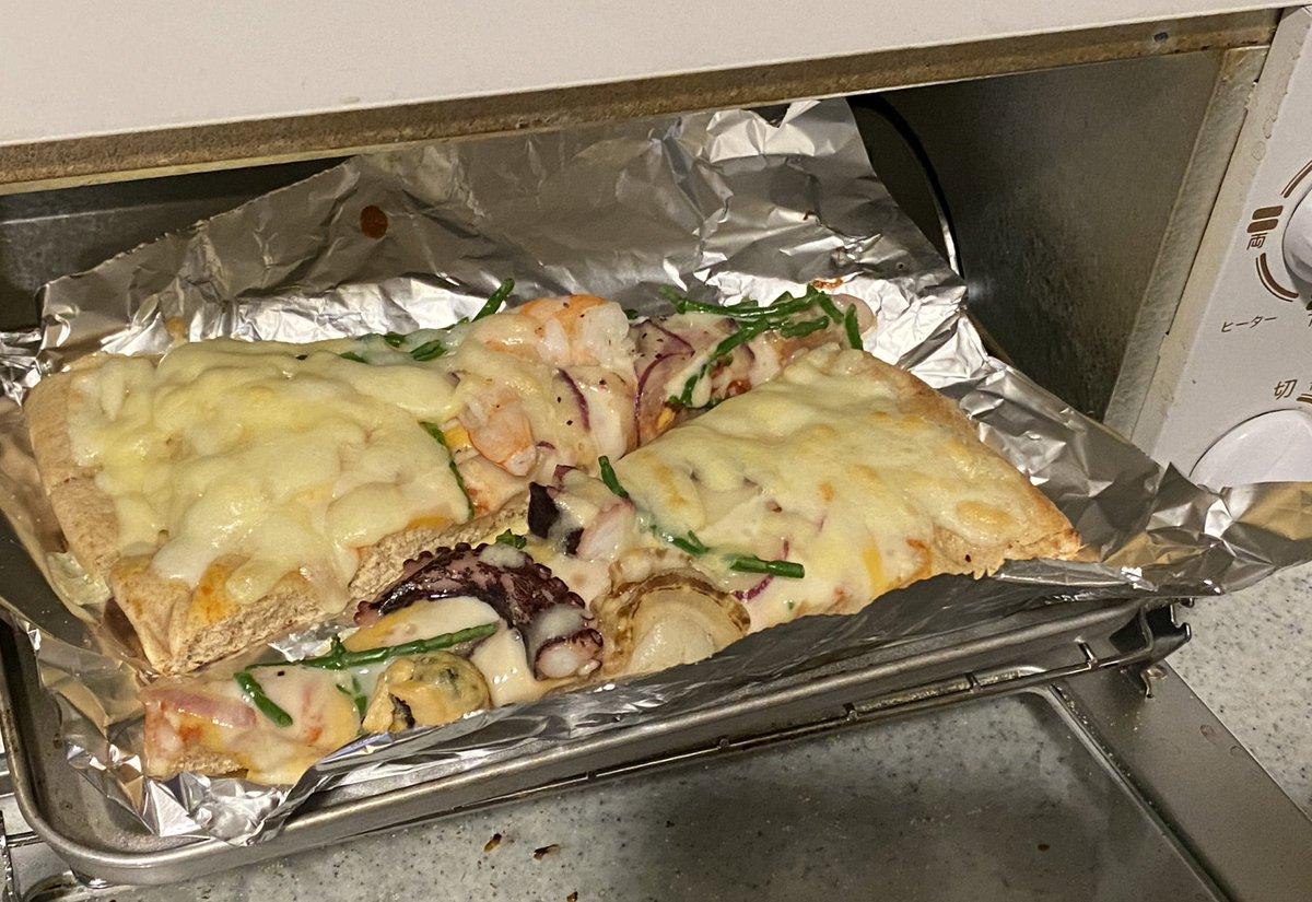 コストコで買ってもらったシーフードピザが今日の晩御飯🍕  追いチーズは必須ですね🧀  #COSTCO #ピザ #晩御飯...