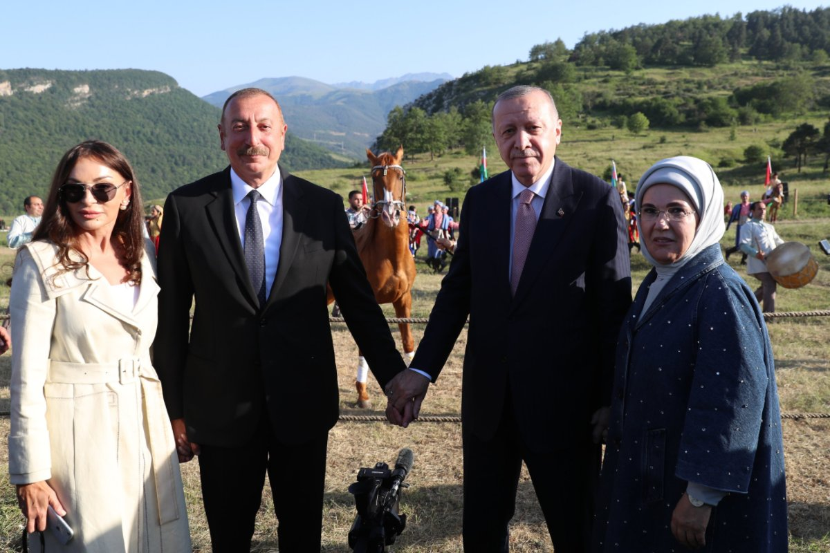 `Друг Реджеп` с видом победителя посетил вместе с Алиевым отвоеванную у армян в прошлом году Шушу после встречи в Физули.