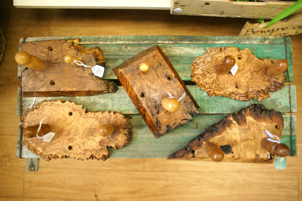 More wall-mounted coat/hat/oven glove/tea towel pegs in gorgeous pieces of oak burr and Australian Goldfield burr. #woodengifts #wallpegrack #pegracks #woodenpegracks #handmadeinuk #supportlocalbusiness #supportlocalcrafters #giftideas #sustainablecraft #fathersday2021 https://t.co/XTYjXeAEhj