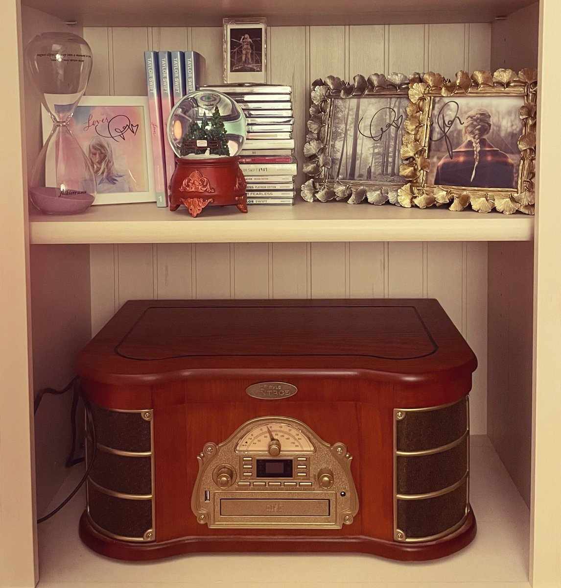 our new vinyl player arrives tomorrow. so I had to find a place for our other one to live. I think it's officially found it's new home in my home office under my taylor shelf. 💛✨🎶 #vinyl #records #taylorswift #homeoffice #treasures @taylornation13 @taylorswift13 https://t.co/6lN3uKJ4Nn