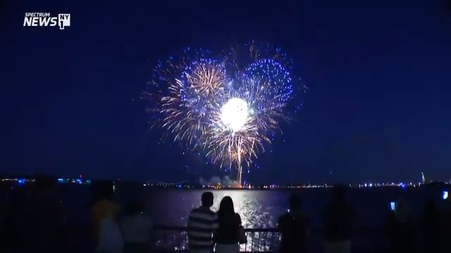 A look at the fireworks display in New York Harbor tonight, celebrating 70% of adults in the state getting at least one dose of the COVID-19 vaccine.  Most pandemic restrictions have been lifted with New York hitting the threshold. #OneNewYork https://t.co/5WH3KusIsS https://t.co/Ypnnubh5zE