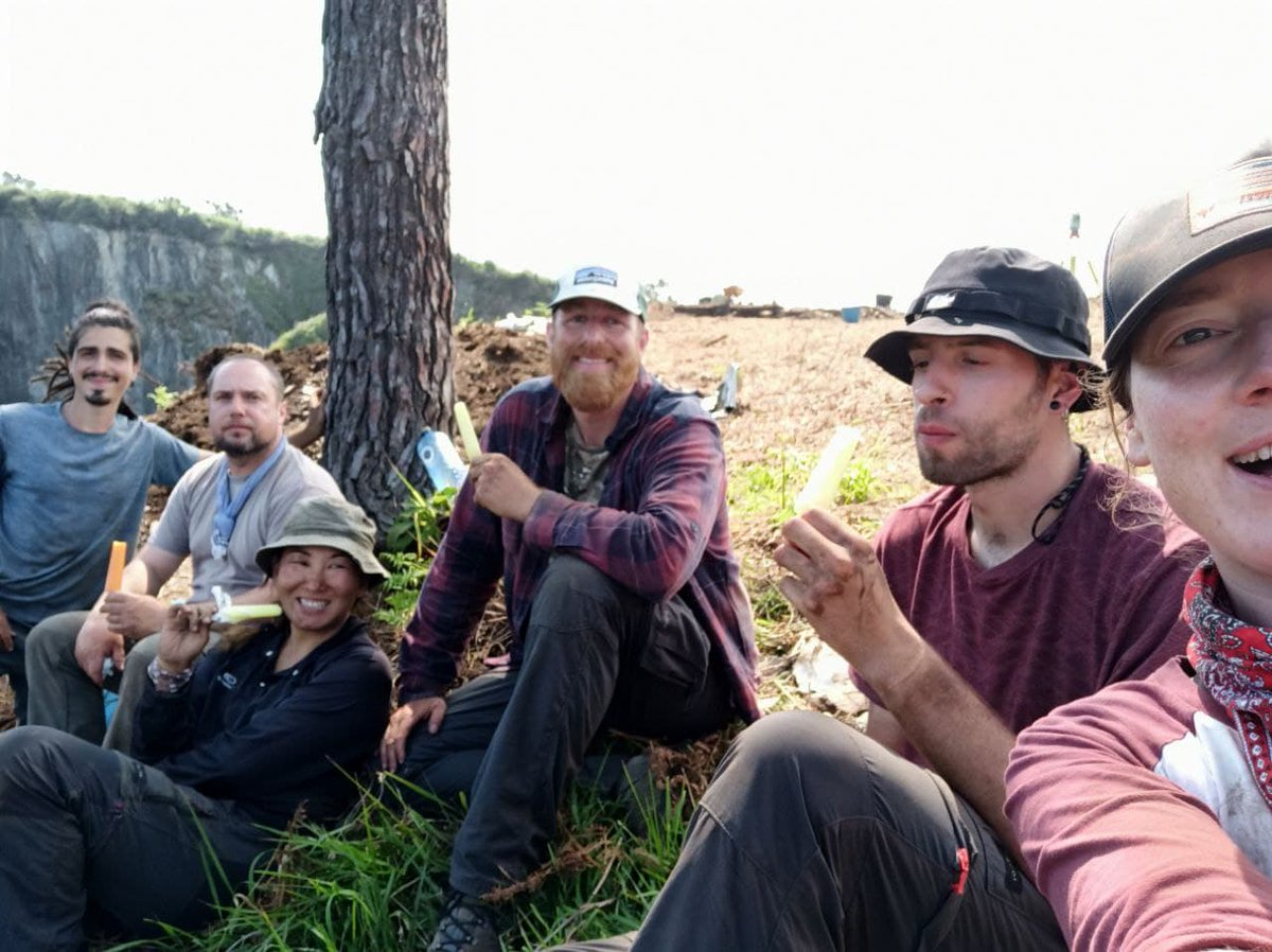 It's too warm these days inPeña Castiel hillfort, in Puntamuyeres (Luarca, NW Iberia). So, the @IncipitCSIC team needs some small treats to keep the troweling rhythm going #HillfortsWednesday https://t.co/PFQaZzqAgY
