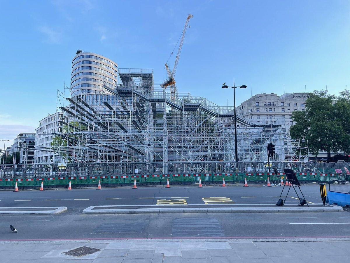 E3A0kwcWEAAAv h?format=jpg&name=medium - A hill grows in London #1