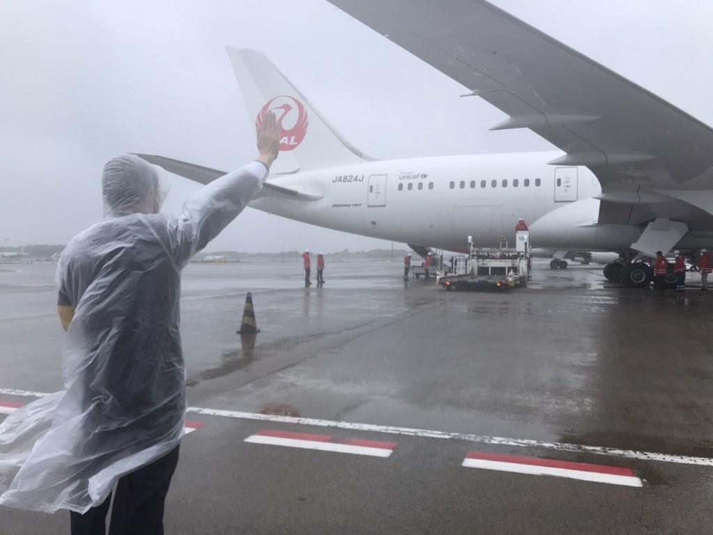 【ワクチンを積んだ日航機、台湾へ】  日本政府が台湾に無償提供する新型コロナウイルスワクチン124万回分を積んだ日本航空機が日本時間4日正午ごろ成田空港を出発。台湾の桃園国際空港には同午後に到着する予定。  空港には台湾の謝長廷駐日代表(大使に相当)らが見送りに訪れた。  写真=駐日代表処
