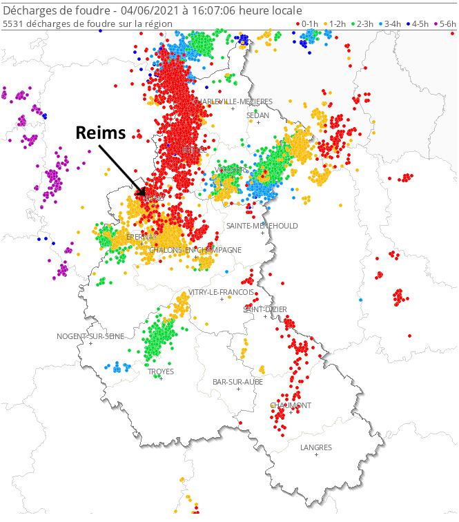 Puissants #orages très pluvieux ces dernières heures entre #Marne et #Ardennes. A #Reims, lame d'eau de +/- 30 mm sous un orage très actif, soit plus de 2 semaines de pluie en moins d'1h. Plus de 5000 #éclairs en 6h. Suivi temps réel :