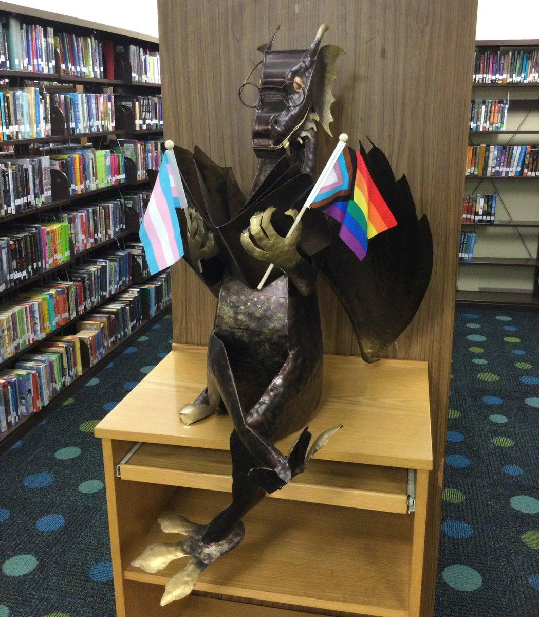 RT @JeffersonReads : Ngay cả những con rồng cũng ăn mừng Niềm tự hào! @APSLibrarian @JeffersonIBMYP # Pride2021 https://t.co/PZ2021OlxKNSV