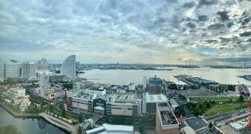 (長文・連ツイ) (日本の水際対策体験談) 1. 私は、今この瞬間、日本の厚労省の指示によりアパホテル・横浜ベイタワーの11平米の部屋からこの文章を書いております。(...