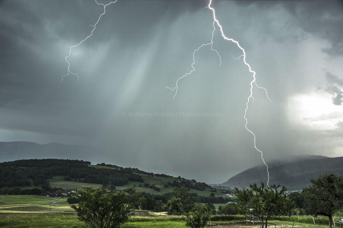Bel impact de #foudre dans le sud de la #HauteSavoie, ce 4 juin en début de soirée. Photo par Anthony Martinet. #orages #keraunos