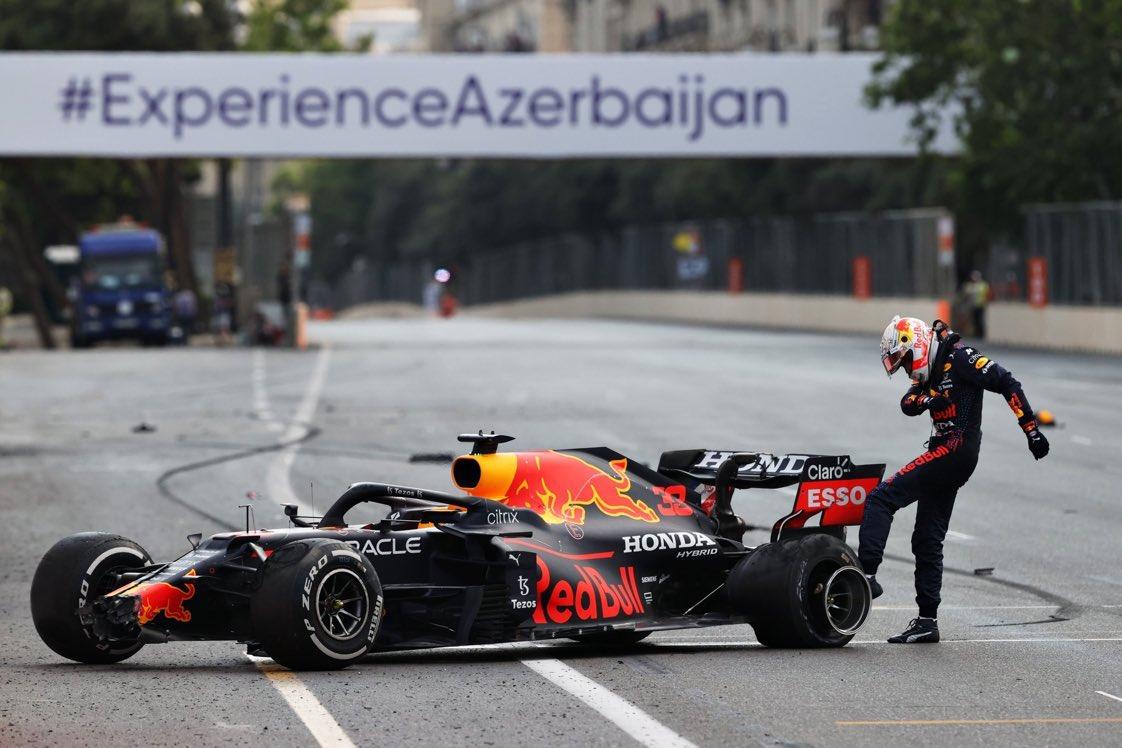 Max Verstappen chuta a roda traseira de seu veículo, após se chocar no muro de proteção da pista – Foto: Clive Rose/Getty Images
