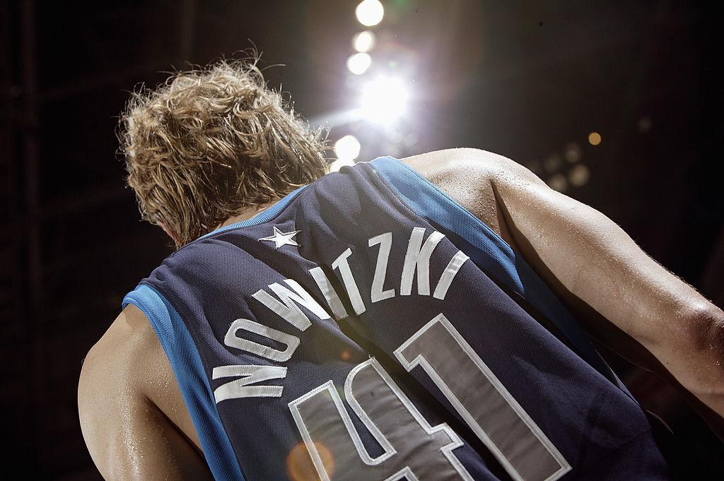 GAME 7️⃣ - Zeit für Legenden! 📚  2006: Die Dallas Mavs schlagen - zum 1. Mal überhaupt - San Antonio in einer Playoff-Serie dank 37 PTS & 15 REB von Dirk Nowitzki in Game 7! @swish41   #NBAPlayoffs  #ThatsGame #NBAVault https://t.co/a9ewBZp97C