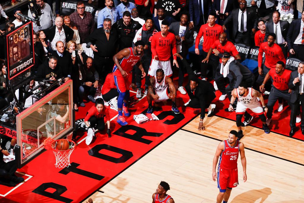 GAME 7️⃣ - Zeit für Legenden! 📚  2019: 𝗧𝗛𝗘 𝗦𝗛𝗢𝗧 🤯 Kawhi Leonard schießt die Raptors mit einem der denkwürdigsten Buzzer Beater aller Zeiten zum 4-3 Sieg vs PHI!   #NBAPlayoffs  #ThatsGame #NBAVault https://t.co/uW44PE1Fav