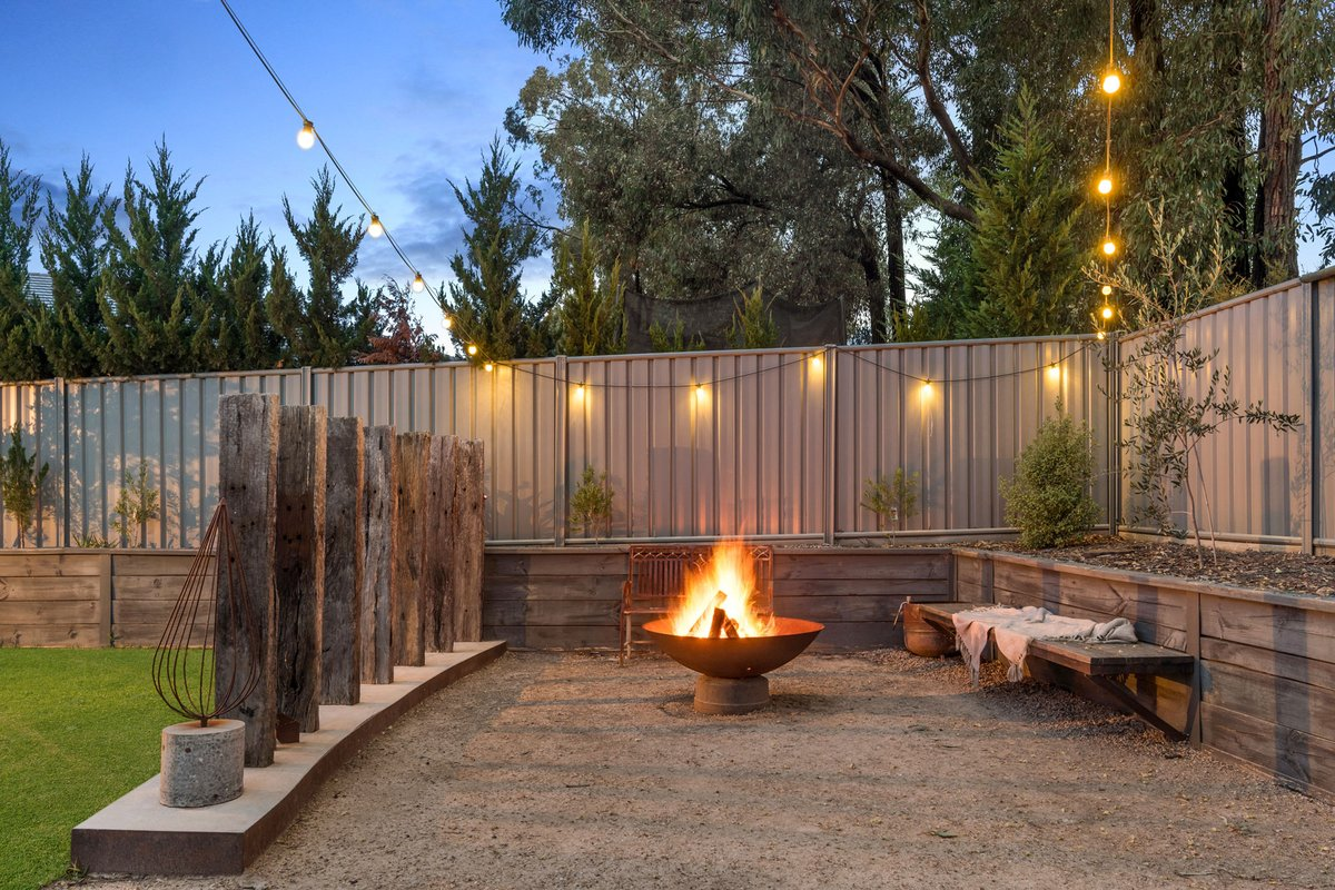 The perfect cozy outdoor setting for those chilly nights ❄️ photographed by Top Snap Central Victoria. . #topsnap #photography #realestate #realestatephotography #marketing #outdoors #firepit #cozy #winternights #bendigo #centralvictoria #vic https://t.co/ULJRN24Psq