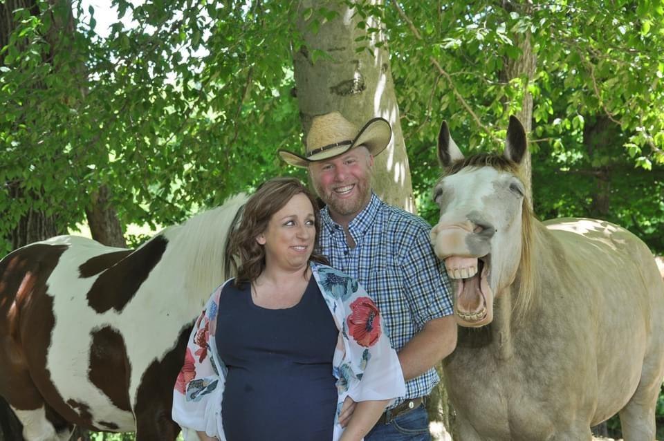 マタニティフォトを撮っていたら?変顔をしてくる馬!