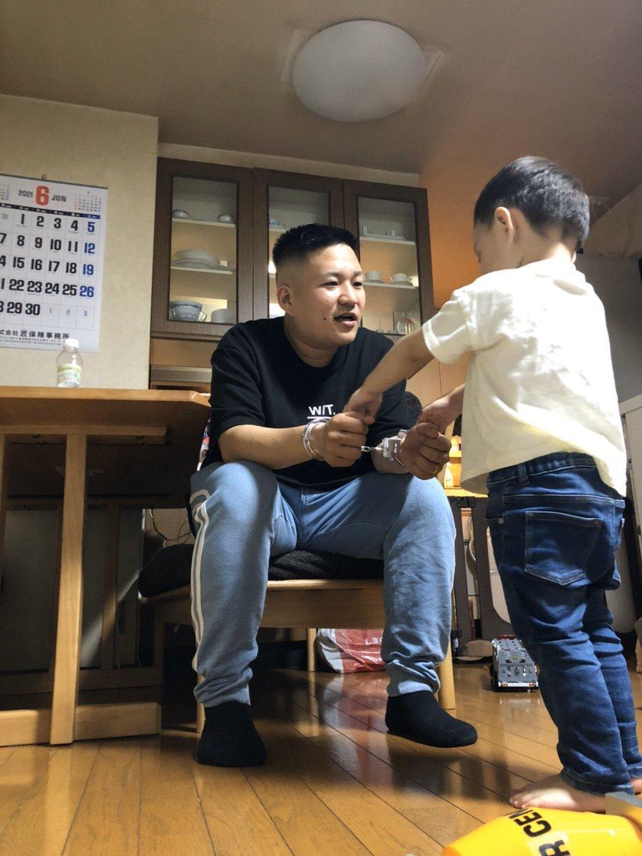 「パパ〜!」って言いながら?笑顔で父親に手錠をかける息子!