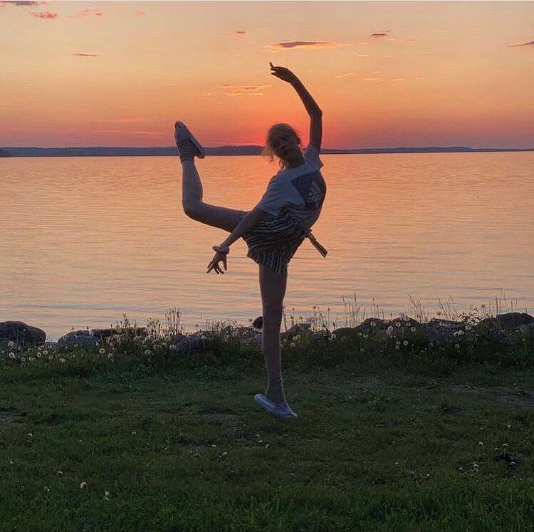 Esikoinen on tanssinut balettia jo 10 vuotta! En olis ikinä äitinä uskonut, että baletista tulee niin rakas harrastus. Vein tytön tunneille 2,5 vuotiaana, koska pikkusiskonsa oli koliikkivauva ja itki yötä päivää. Ajattelin, että täytyy keksiä jotain kivaa isommalle... #baletti https://t.co/UgnUOeITM4