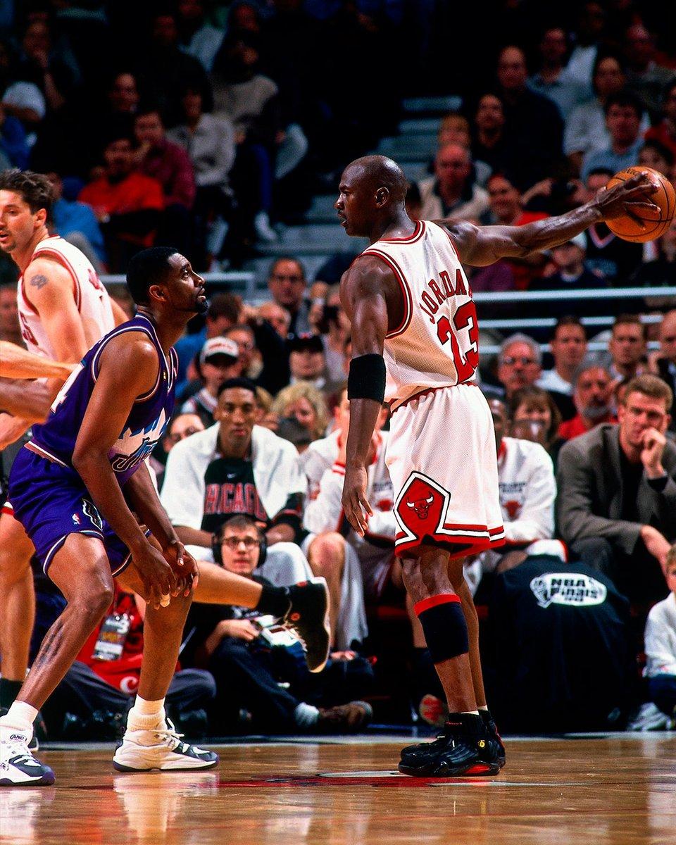 Defesa ganha jogo sim! Há exatos 23 anos, os Bulls limitavam o Jazz a apenas 54 pontos - um recorde dos #NBAPlayoffs! Jordan, Pippen, Rodman e cia. venceram por 96x54 o Jogo 3 das #NBAFinals de 1998.  #MJMondays #OTD #NBAHistory #NBAVault https://t.co/m9j7MMtMci