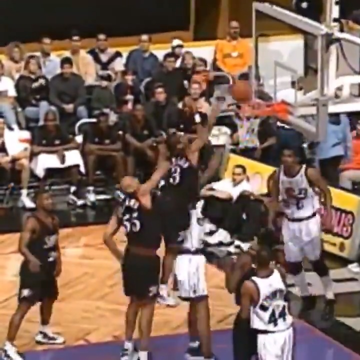 Assistir @AllenIverson era um SHOW! Qual seu momento favorito da carreira do aniversariante? #NBABday #NBAHistory #NBAVault https://t.co/HKfS7rBpyg