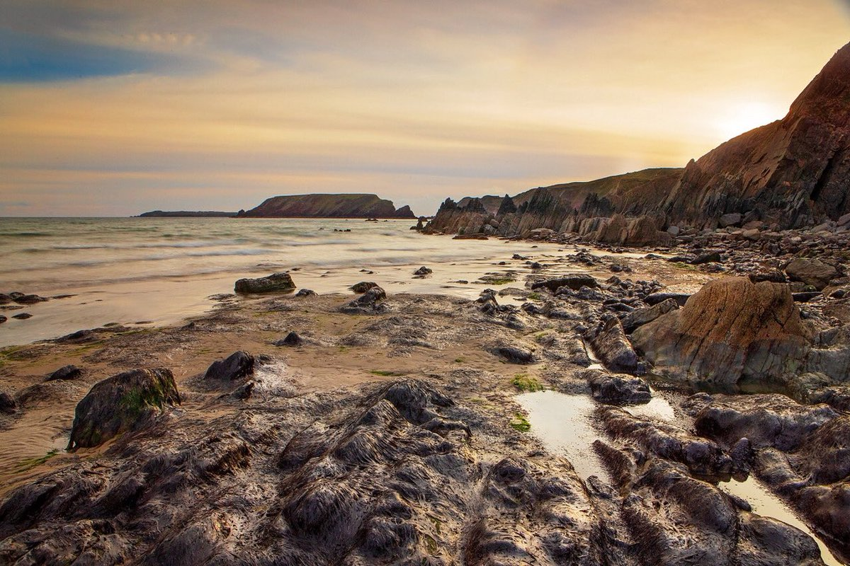 One from Marloes Beach a few months ago. Going again in September to have a look and maybe a day a Skomer. Shot using @FormattHitech firecrest filters. #pembrokeshire  #pembrokeshirenationalpark #marloes #marloessands https://t.co/xUEvHY3BWQ
