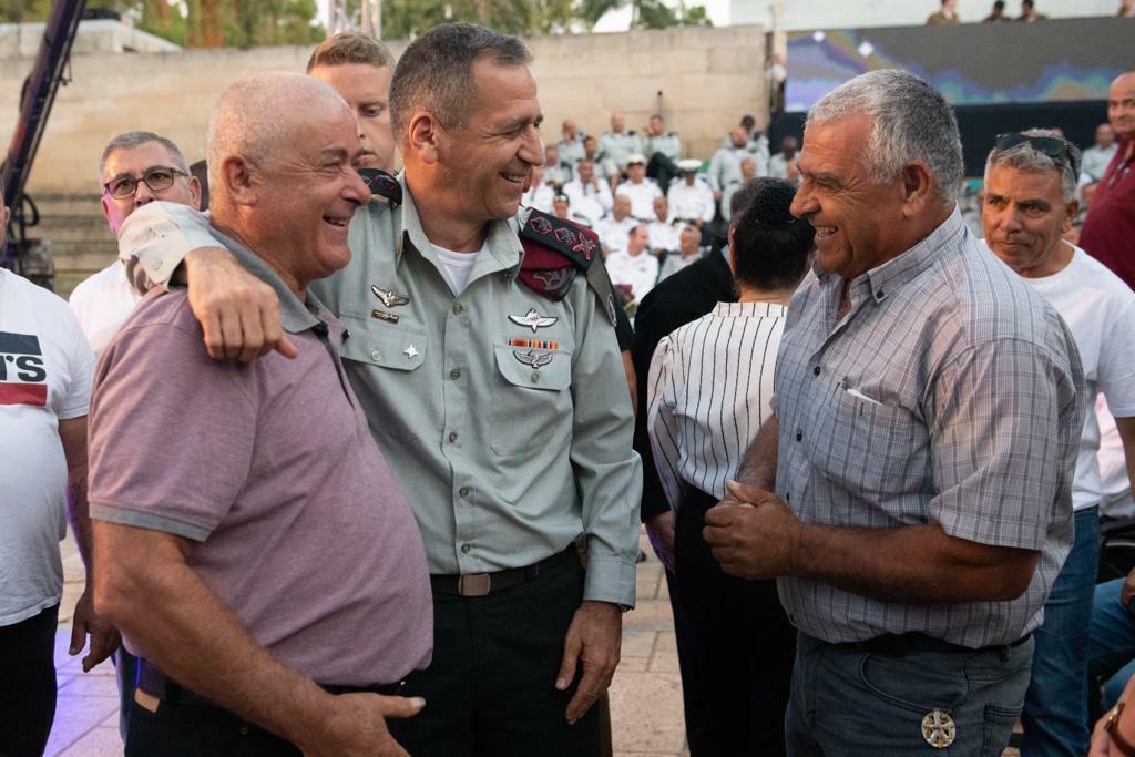 رئيس هيئة الأركان العامة يمنح وسامًا عسكريًا لجنود جيش الدفاع الذين خدموا في المنطقة الأمنية جنوب لبنان